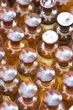 разливает фармацию по бутылкам Стоковое фото RF