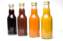 разливает фруктовый сок по бутылкам Стоковое фото RF