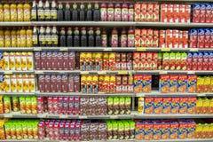 разливает фруктовый сок по бутылкам Стоковые Изображения RF