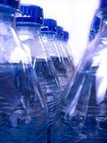 разливает холодную свежую воду по бутылкам Стоковое Фото