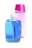 разливает цветастое жидкостное мыло по бутылкам Стоковая Фотография RF
