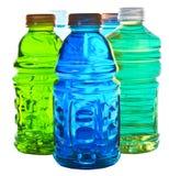 разливает цветастую воду по бутылкам Стоковая Фотография