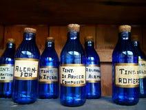разливает целебное по бутылкам Стоковая Фотография RF