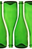 разливает шампанское по бутылкам стоковая фотография