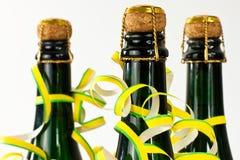 разливает шампанское по бутылкам Стоковое Изображение RF