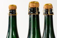 разливает шампанское по бутылкам Стоковые Фото