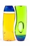 разливает шампунь по бутылкам Стоковые Изображения RF