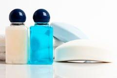 разливает шампунь по бутылкам Стоковые Изображения
