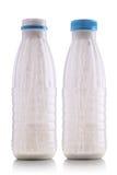 разливает югурт по бутылкам Стоковое Фото