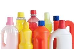 разливает детержентную пластмассу по бутылкам Стоковые Изображения
