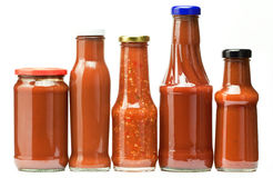 разливает ketchup по бутылкам Стоковые Изображения RF