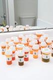 разливает prescrption по бутылкам пилюльки микстуры Стоковая Фотография