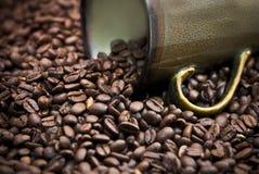 разливать кофейной чашки фасолей Стоковое Фото