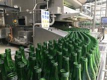 Разливая по бутылкам минеральная вода стоковые фотографии rf