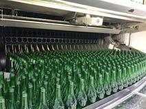 Разливая по бутылкам минеральная вода стоковое изображение rf