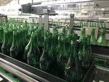 Разливая по бутылкам минеральная вода стоковое изображение