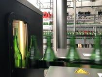 Разливая по бутылкам минеральная вода стоковая фотография rf