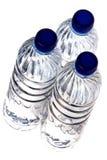 разлитая по бутылкам изолированная минеральная вода Стоковая Фотография