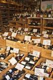 разлитое по бутылкам вино дисплея Стоковые Фотографии RF