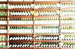разлитое по бутылкам вино полки Стоковые Изображения