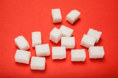 Разлитые кубы сахара на красной предпосылке иллюстрация вектора
