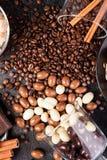 Разлитые стекла с кофейными зернами и арахисами в шоколаде Стоковое фото RF