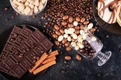 Разлитые стекла с кофейными зернами и арахисами в шоколаде Стоковая Фотография