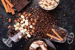 Разлитые стекла с кофейными зернами и арахисами в шоколаде Стоковое Изображение