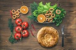 Различная еда на кухонном столе хлеб свежий еда здоровая стоковые изображения