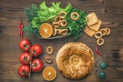 Различная еда на кухонном столе хлеб свежий стоковые фото
