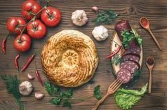 Различная еда на кухонном столе хлеб свежий стоковые изображения rf