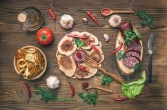 Различная еда на кухонном столе стоковая фотография