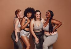 Различная с определенными размерами женщина смеясь совместно стоковая фотография rf