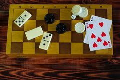 Различная шахматная доска настольных игр, играя карточки, домино Стоковое Фото