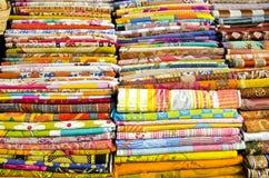 Различное цветастое собрание одежд в рынке Дели Стоковые Изображения RF