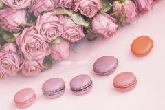 Различное Macarons, весна цветет, розы, предпосылка пастели предложения Романтичное утро, подарок, присутствующий для любимого Стоковые Изображения RF