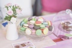 Различное Macarons, весна цветет, розы, предпосылка пастели предложения Романтичное утро, подарок, присутствующий для любимого св Стоковое Фото