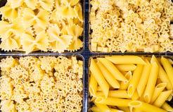 Различно сформированные макаронные изделия в коробке стоковое изображение rf
