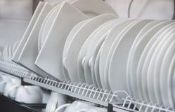 Различные белые чистые плиты и чашки сушат на полке Стоковые Изображения RF