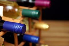 Различные бутылки красного и белого вина в деревянном вине кладут на полку с sp Стоковые Фотографии RF