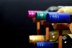 Различные бутылки красного и белого вина в деревянном вине кладут на полку с sp Стоковое фото RF