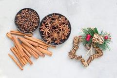 Различные виды ароматичных специй зимы в шарах, украшении рождества на серой конкретной предпосылке, взгляд сверху, горизонтально стоковые фотографии rf