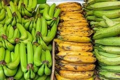 Различные виды бананов для продажи стоковая фотография rf