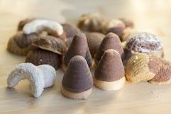 Различные виды печений рождества, гнезд оси какао, сладких ванильных кренов и помадок sandbakelse циннамона на деревянном столе стоковая фотография