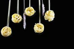 Различные виды покрашенных сырцовых итальянских макаронных изделий, пшеницы запруживают на черной предпосылке, взгляд сверху, в ф Стоковое Фото