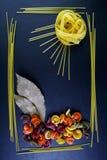 Различные виды покрашенных сырцовых итальянских макаронных изделий, листьев лавра, взгляд сверху, в форме полей цветка и солнца л Стоковые Изображения