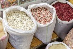 Различные виды фасолей в сумках на рынке или магазине стоковое фото