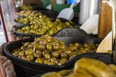 Различные виды шаров с оливками для продажи на испанской улице рынка Стоковая Фотография