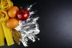 Различные виды tagliatelle макаронных изделий, еды концепции cannelloni итальянской и меню конструируют, специи на деревянных лож Стоковые Изображения RF