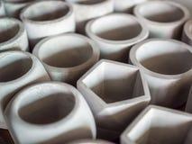 Различные геометрические конкретные плантаторы Баки цемента для домашнего украшения стоковые фото
